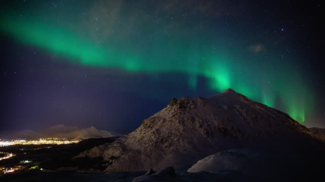 TIME LAPSE: Aurora Borealis above Mountain