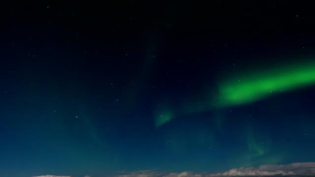 vídeos de stock e filmes b-roll de aurora borealis above the barents sea - norte