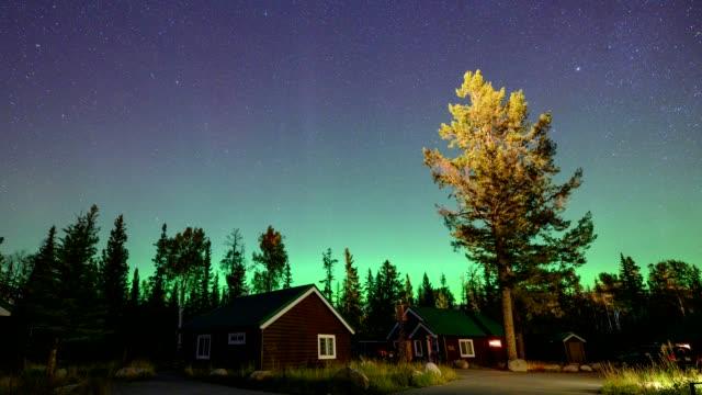 aurora borealis, nordlichter über holzhütte im nationalpark jasper, kanada - polarlicht stock-videos und b-roll-filmmaterial