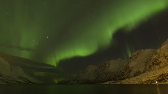 vídeos de stock e filmes b-roll de aurora borealis, northern lights, troms region, norway - destino de viagem