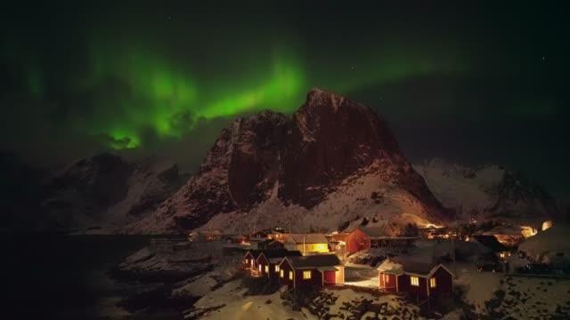 stockvideo's en b-roll-footage met aurora borealis op lofoten eilanden in de winter - noord