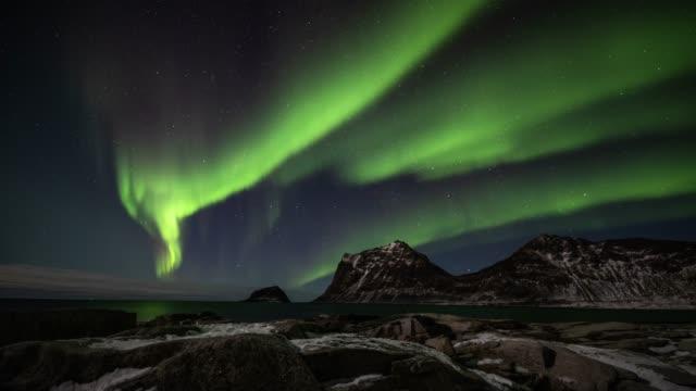 aurora borealis über nordpolarmeer - zeitraffer - polarlicht stock-videos und b-roll-filmmaterial