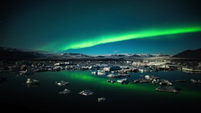 vídeos de stock e filmes b-roll de aurora borealis over jokulsarlon glacier lagoon in iceland - time lapse - islândia