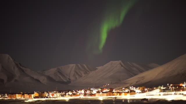 vídeos de stock e filmes b-roll de aurora borealis over town, wide shot - aurora polar