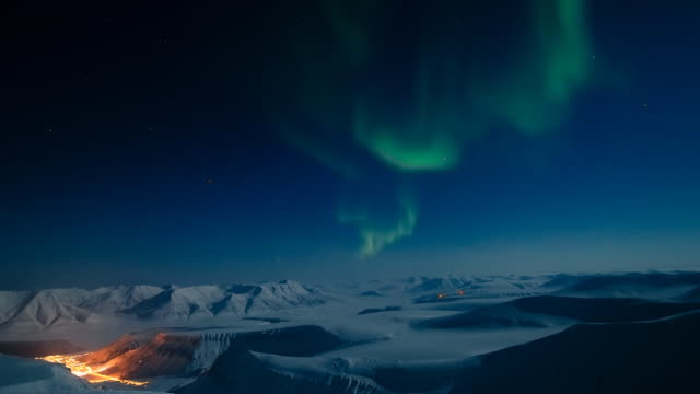 aurora borealis time lapse over norway - polarklima stock-videos und b-roll-filmmaterial