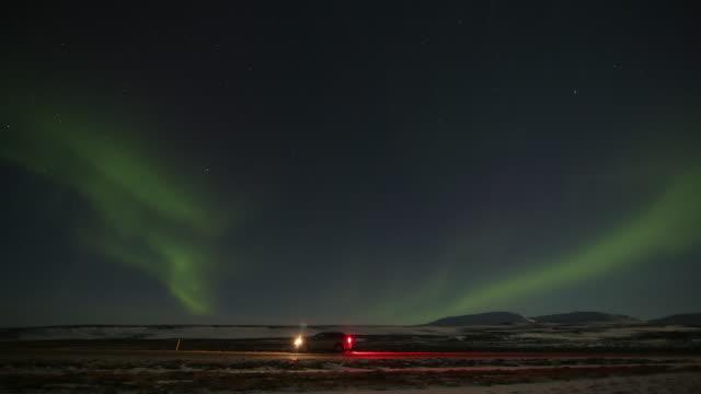 vídeos y material grabado en eventos de stock de aurora borealis with car (škoda octavia combi). - luz trasera
