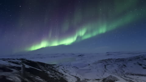 vídeos de stock e filmes b-roll de t/l of aurora from top of hill in arctic - ártico