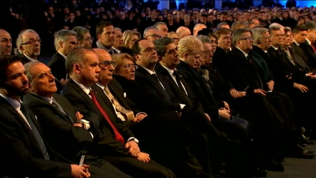holocaust memorial ceremony ronald s lauder along to podium on stage man in audience putting on skull cap ronald s lauder speaking at podium sot and... - gefängnisausbruch stock-videos und b-roll-filmmaterial