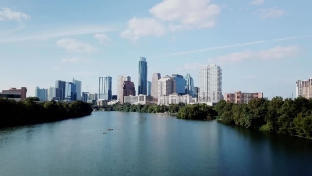 stockvideo's en b-roll-footage met austin city skyline from lady bird lake - austin texas