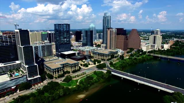 vídeos de stock, filmes e b-roll de austin texas antena over town lake com canoístas abaixo e nuvens puffy perfeito em um dia de verão agradável no centro da cidade capital do texas - town