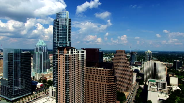 vídeos de stock e filmes b-roll de austin texas downtown backing away from iconic frost bank tower new cityscape - town