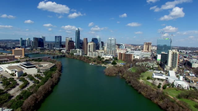 vídeos de stock e filmes b-roll de austin texas on sunny partly cloudy day passing clouds and bright day over town lake backing up - town