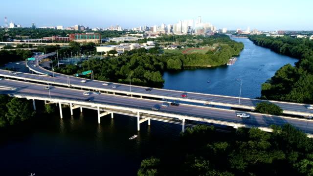 vídeos de stock e filmes b-roll de austin texas party boat going under mopac expressway bridge over town lake - town