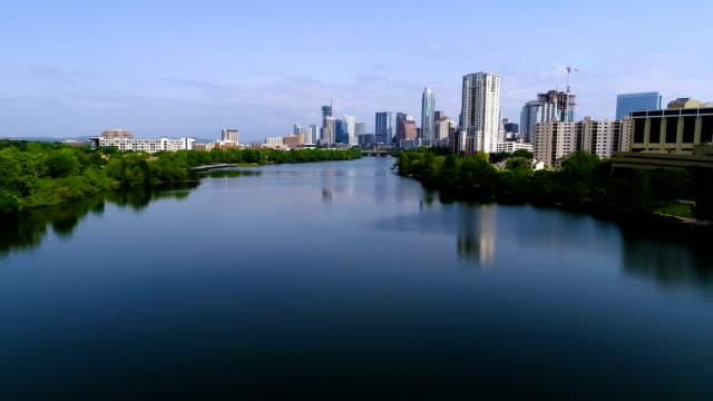 vídeos de stock e filmes b-roll de austin texas reflections off town lake sunny morning skyline cityscape - town