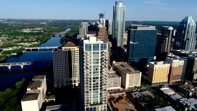 vídeos de stock e filmes b-roll de austin texas skyline cityscape aerial drone view morning sunshine side pan across city and town lake - town