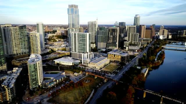vídeos de stock e filmes b-roll de austin texas skyline cityscape with town lake and entire city view aerial drone landscape - town