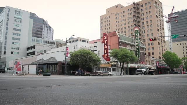 vídeos y material grabado en eventos de stock de austin texas street scene 1 wide - cartel de teatro
