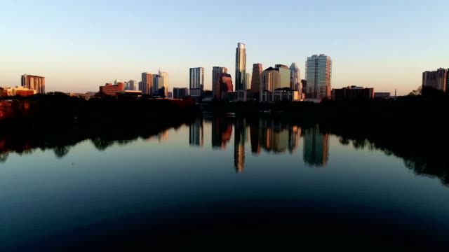 vídeos de stock e filmes b-roll de austin texas the capital city in glowing glory - town