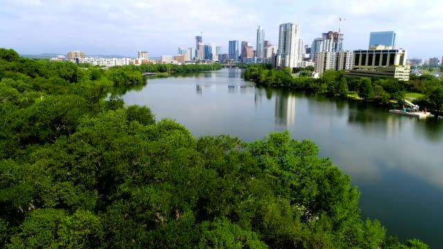 vídeos de stock e filmes b-roll de austin texas usa aerial drone view near trees looking down to pedestrian bridge of town lake - town