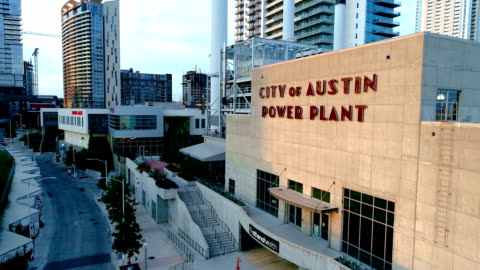 vídeos y material grabado en eventos de stock de señal de histoic austin texas usa power planta edificio en el paisaje de vista aérea drone centro - austin texas