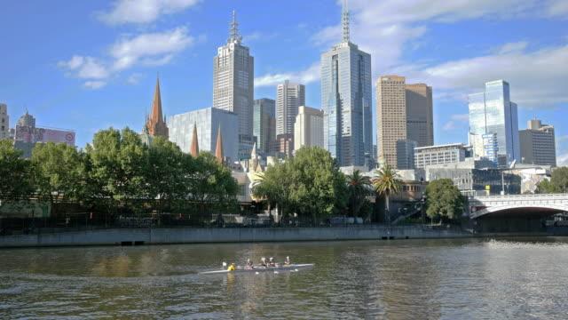 vídeos de stock e filmes b-roll de australia melbourne boats being rowed on yarra river - remo com par de remos