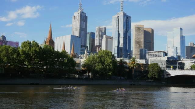 vídeos de stock e filmes b-roll de australia melbourne two shells rowing on the river - remo com par de remos