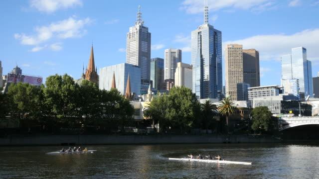vídeos de stock e filmes b-roll de australia melbourne yarra river with crew - remo com par de remos