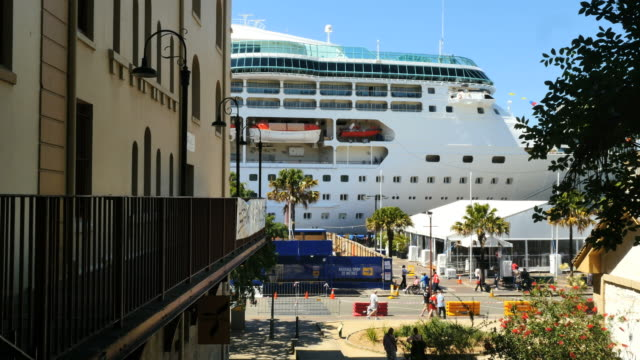 stockvideo's en b-roll-footage met australia sydney cruise ship beyond street - aangelegd