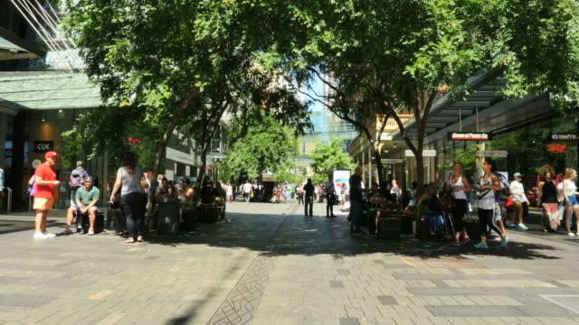 vidéos et rushes de australia sydney mall and people under shade trees - être à l'ombre
