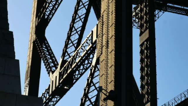 australia sydney steel holding up harbour bridge - trave intelaiatura video stock e b–roll