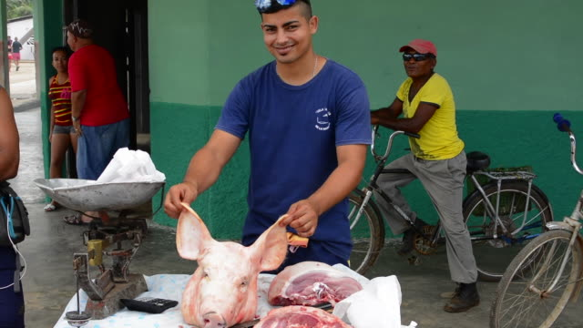 australia town of cuba man selling pig meat and cutting pork meat in outside market - waage gewichtsmessinstrument stock-videos und b-roll-filmmaterial