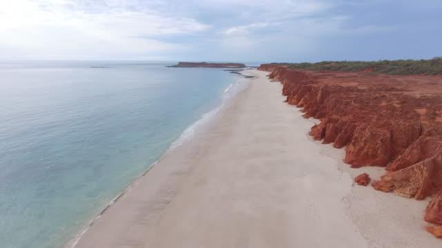 australia_drone_4k_drone_broome_kimberleys_sand_beach_red_wonde - western australia bildbanksvideor och videomaterial från bakom kulisserna