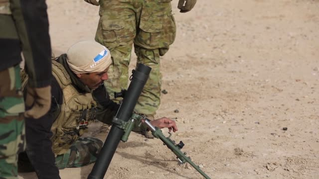 australian and us army trainers conduct mortar training with members of the qwat khasa iraqi army at a live fire range with 60mm mortars at the... - 迫撃砲点の映像素材/bロール