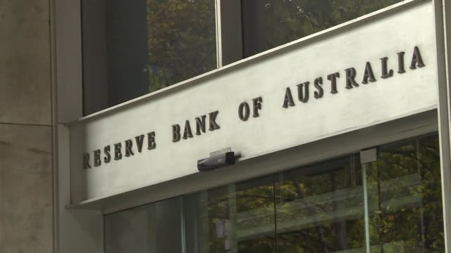 vídeos de stock, filmes e b-roll de australian banks admit to failing customers and vow to reset their industry as they brace for the release of a crunch report into financial abuses in... - brace