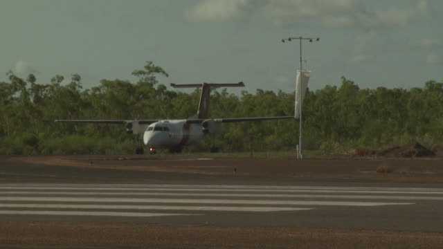 vídeos de stock, filmes e b-roll de australian customs/surveillance dash 8 aircraft taxiing, mungalalu truscott airbase, wa, australia - pista de aterrizagem