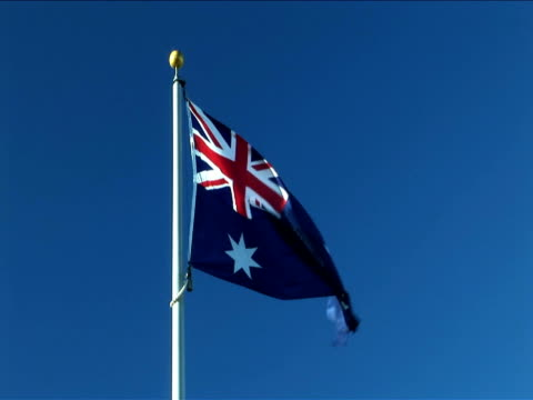 ms, australian flag flapping against clear sky - insignier bildbanksvideor och videomaterial från bakom kulisserna