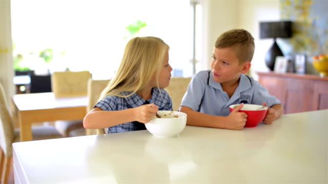 DOLLY GIRATO: Australian bambini avendo colazione, prima di scuola