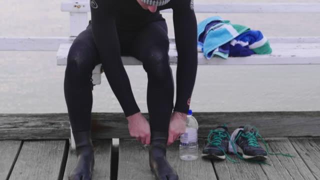 vídeos y material grabado en eventos de stock de australian locals in sport - gorro de baño