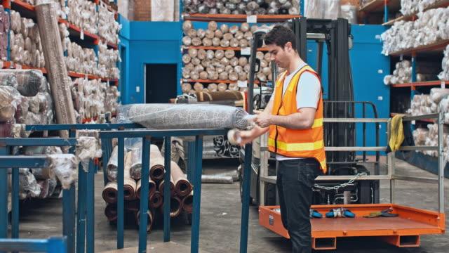Australische männlichen Arbeitnehmer Verpacken Teppiche am Lager