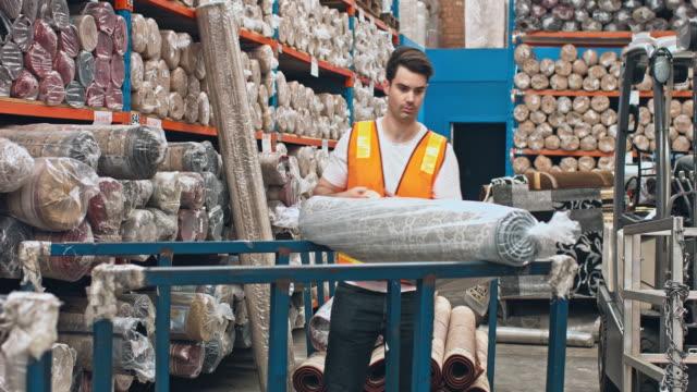 Australische männlichen Arbeitnehmer, Packpapier Teppiche mit Kunststoff auf Lager