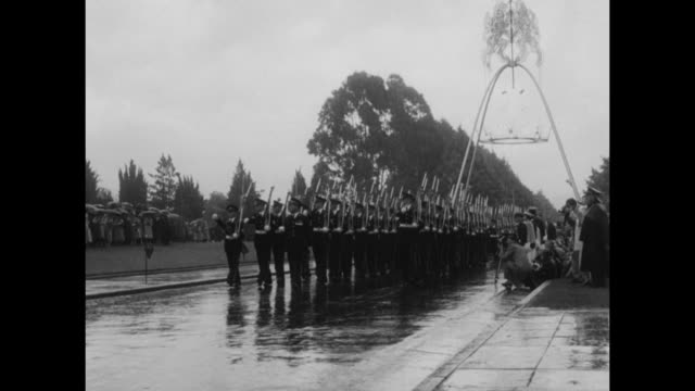 vídeos de stock, filmes e b-roll de vs australian sailors march in unison through makeshift arch on avenue at parliament building in canberra long lines of sailors with upraised... - uniforme militar