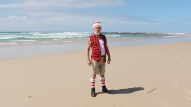 vídeos y material grabado en eventos de stock de santa australiana en la playa en verano - nevera portátil