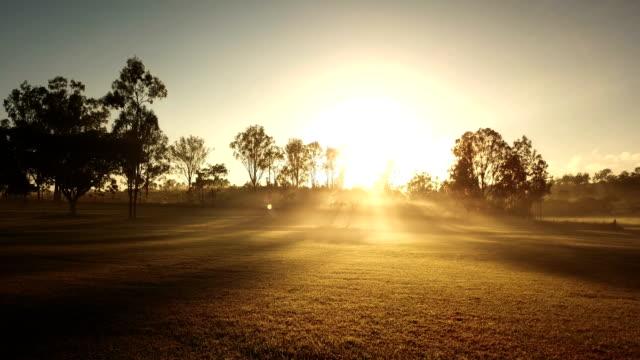 vídeos de stock e filmes b-roll de australian sunset above savannah - planície