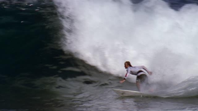vídeos de stock, filmes e b-roll de australian surfer nick leslie riding wave at backdoor pipeline / north shore, oahu, california - pipeline wave