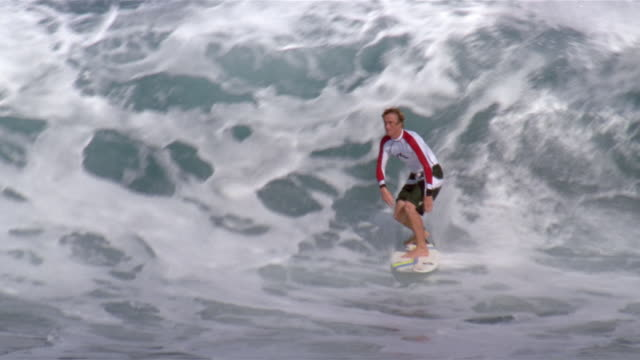 australian surfer nick leslie riding wave at backdoor pipeline / wiping out / north shore, oahu, california - サーフィン点の映像素材/bロール