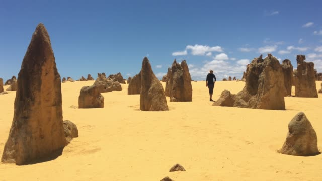 australian woman walking in pinnacles desert in western australia - turmspitze stock-videos und b-roll-filmmaterial