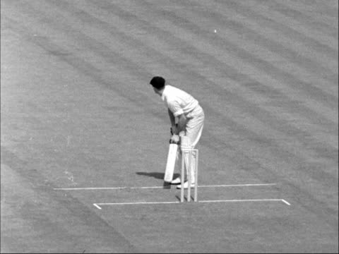 australians v surrey; england: london: the oval: ext surrey v australia cricket matchplay featuring peter loader and bill lawry tx 13.5.61/11.40pm - squadra di cricket video stock e b–roll