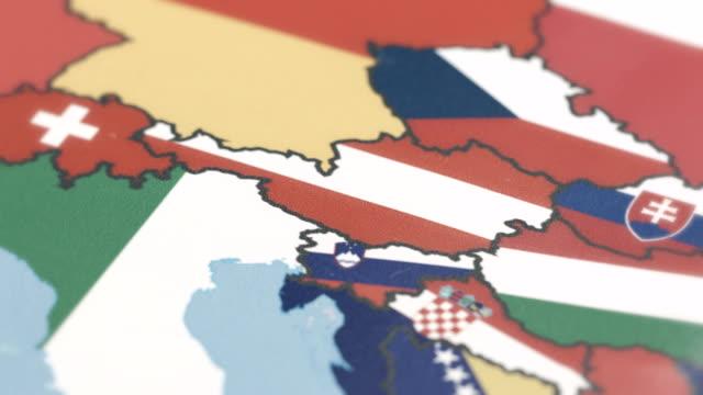 österreich grenzt nationalflagge auf weltkarte - austria flag stock-videos und b-roll-filmmaterial