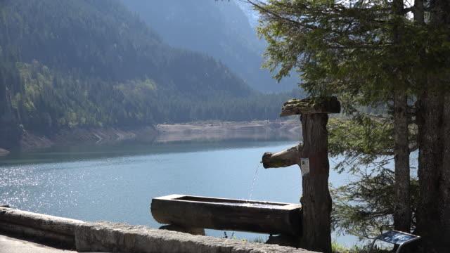 austria lake with water fountain - アッパーオーストリア点の映像素材/bロール
