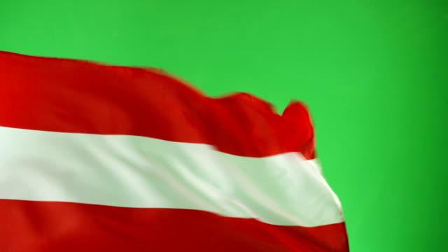 4k: österreichische schweiz flagge auf green-screen, real video, nicht cgi (österreich) - austria flag stock-videos und b-roll-filmmaterial